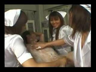 3人のドSな看護婦さんがM男患者を手コキや乳首責めで痴女ってます