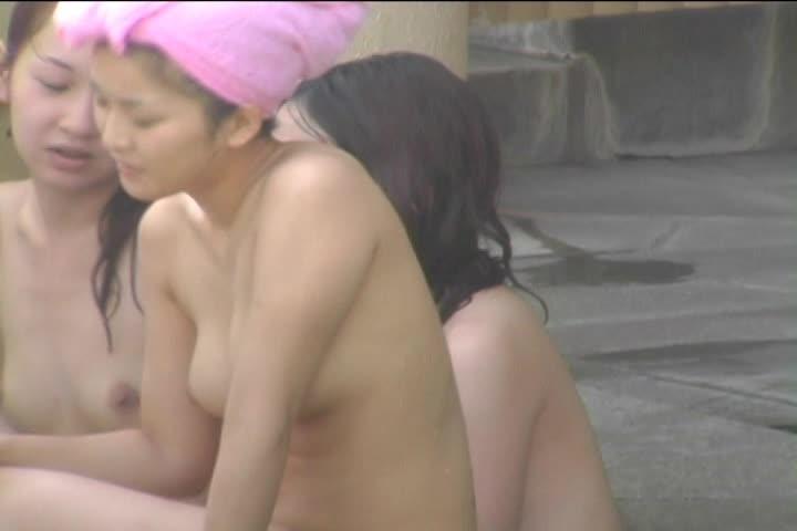 【 隠撮動画 】ママ友たちと露天風呂に浸かってるキュートな人妻の美乳...